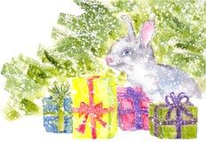 Conejito de la acuarela que se sienta debajo del árbol de navidad con nevar de los regalos Imagen de archivo libre de regalías