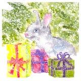 Conejito de la acuarela que se sienta debajo del árbol de navidad con nevar de los regalos Imagen de archivo