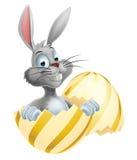 Conejito de pascua blanco en huevo Imagen de archivo