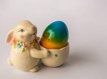 Conejito de pascua con la cesta con los huevos coloridos pintados, Atenas, GR Foto de archivo libre de regalías