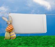 Conejito de pascua con la cuerda para tender la ropa Fotos de archivo