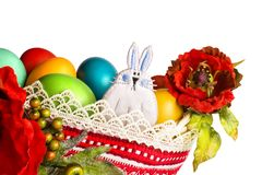 Conejito de pascua con las amapolas y los huevos coloridos aislados en blanco Imagenes de archivo