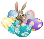Conejito de pascua con los huevos