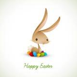 Conejito de pascua con los huevos coloreados Foto de archivo