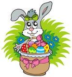 Conejito de pascua con los huevos en cesta