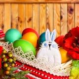 Conejito de pascua con los huevos multicolores Imagen de archivo