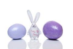 Conejito de pascua con los oídos grandes entre los huevos de Pascua Fotografía de archivo libre de regalías