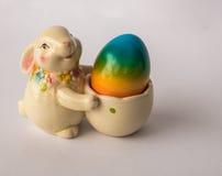 Conejito de pascua con una cesta con el huevo colorido pintado Imagen de archivo