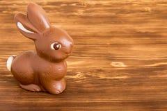 Conejito de pascua del chocolate en fondo de madera Imágenes de archivo libres de regalías