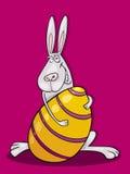 Conejito de pascua feliz con el huevo enorme