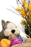 Conejito de pascua hecho a mano y huevos tradicionales Foto de archivo libre de regalías
