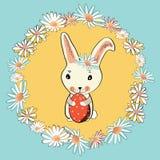 Conejito de pascua lindo con el huevo de Pascua en el medio de la guirnalda floral Ejemplo del vector en fondo azul Imágenes de archivo libres de regalías