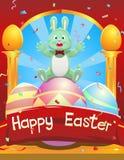 Conejito de pascua que se sienta en un huevo de Pascua que celebra Pascua Imagenes de archivo
