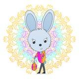 Conejito de pascua que sostiene un huevo, un conejo feliz del día de fiesta Imagen de archivo libre de regalías