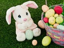 Conejito de pascua y cesta de Pascua Fotos de archivo