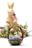 Conejito de pascua y cesta felices del huevo Fotos de archivo libres de regalías