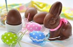 Conejito de pascua y huevos de chocolate Imágenes de archivo libres de regalías