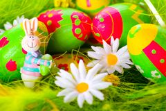 Conejito de pascua y huevos pintados coloridos Fotografía de archivo libre de regalías