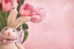 Conejito de pascua y tulipanes rosados Imagen de archivo