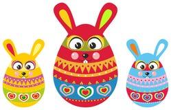 Conejito de tres pascua en los huevos de Pascua Imágenes de archivo libres de regalías
