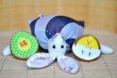 Conejito del juguete con los huevos del pan de jengibre de pascua fotografía de archivo