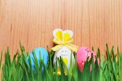 Conejito divertido de Pascua en hierba verde con los huevos de Pascua Fondo de Pascua Imagen de archivo libre de regalías