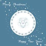 Conejito divertido en la nieve acumulada por la ventisca que hace un ángel Feliz Navidad y Feliz Año Nuevo Fotos de archivo