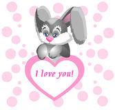 Conejito divertido que lleva a cabo un corazón rosado enorme con una declaración del amor Foto de archivo libre de regalías