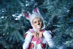 Conejito en el bosque de la nieve del invierno Foto de archivo libre de regalías
