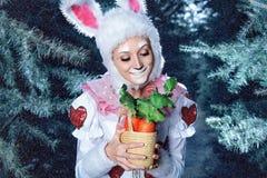 Conejito en el bosque de la nieve del invierno Fotografía de archivo libre de regalías