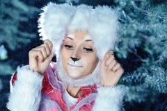 Conejito en el bosque de la nieve del invierno Imagenes de archivo
