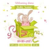 Conejito en una caja - tarjeta del bebé de la fiesta de bienvenida al bebé Foto de archivo
