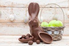 Conejito, huevos y dulces de pascua del chocolate en fondo rústico fotografía de archivo libre de regalías