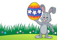 Conejito que lleva a cabo el tema grande 3 del huevo de Pascua Fotos de archivo libres de regalías
