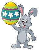 Conejito que lleva a cabo el tema grande 1 del huevo de Pascua Imágenes de archivo libres de regalías