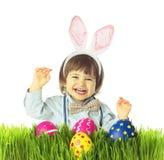 Conejito retro del bebé con los huevos de Pascua Imagenes de archivo