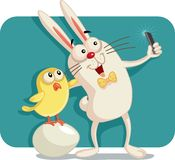 Conejito y Chick Taking felices de pascua un Selfie junto Fotos de archivo