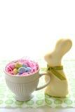 Conejito y huevos blancos del chocolate Imagenes de archivo