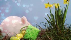 Conejito y huevos de pascua en un jard?n metrajes