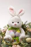 Conejito y huevos felices de pascua imagen de archivo