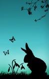 Conejito y snowdrops ilustración del vector