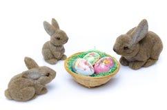 Conejitos de pascua alrededor de una jerarquía de huevos Foto de archivo libre de regalías
