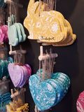 Conejitos de pascua coloridos del modelo Decoraci?n de Pascua foto de archivo libre de regalías