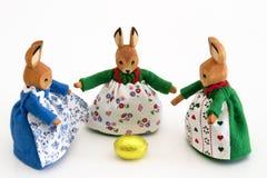 Conejitos de pascua con el huevo de oro Fotos de archivo libres de regalías