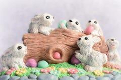 Conejitos de pascua con los huevos Imagen de archivo libre de regalías