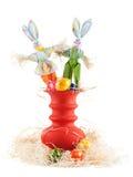 Conejitos de pascua decorativos en un florero Imagenes de archivo
