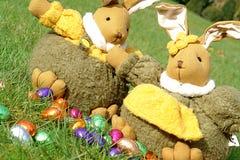 Conejitos de pascua y huevos de chocolate Fotografía de archivo libre de regalías