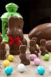 Conejitos del chocolate y huevos de Pascua Imágenes de archivo libres de regalías