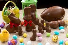 Conejitos del chocolate y huevos de Pascua Fotografía de archivo