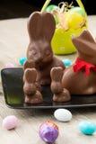 Conejitos del chocolate y huevos de Pascua Imagenes de archivo